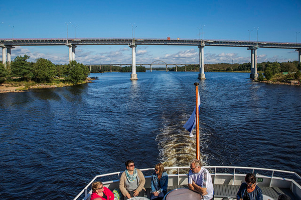 To use the Saimaa canal, boats must be less than 82,50 m llong, 12,60 m wide and have a maximu draught of 4,35 m. Mast height is limited to 24,5 m. Image: ninara, CC license.