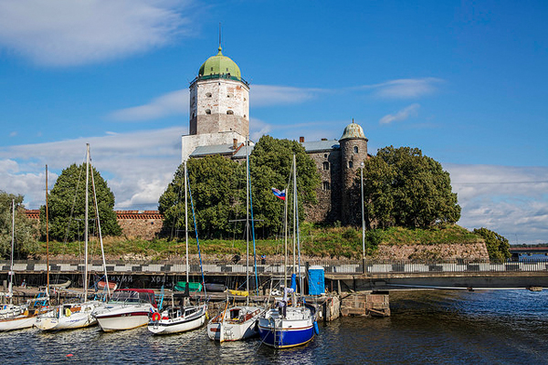 The transit traffic does not allow pleasure boats to land in the old city of Vyborg by the entrance of the Saimaa Canal. To visit the city, you need to comply to the regulations on entry by boat into Russia. Image: ninara, CC license.