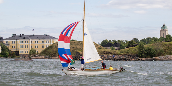 The setting for the race could not be better: the historic Suomenlinna fortress island is the perfect backdrop for wooden yachts.